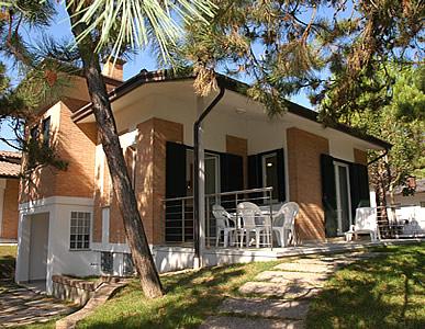 Ville bungalow e appartamenti in affitto a lignano for Giardini ville moderne